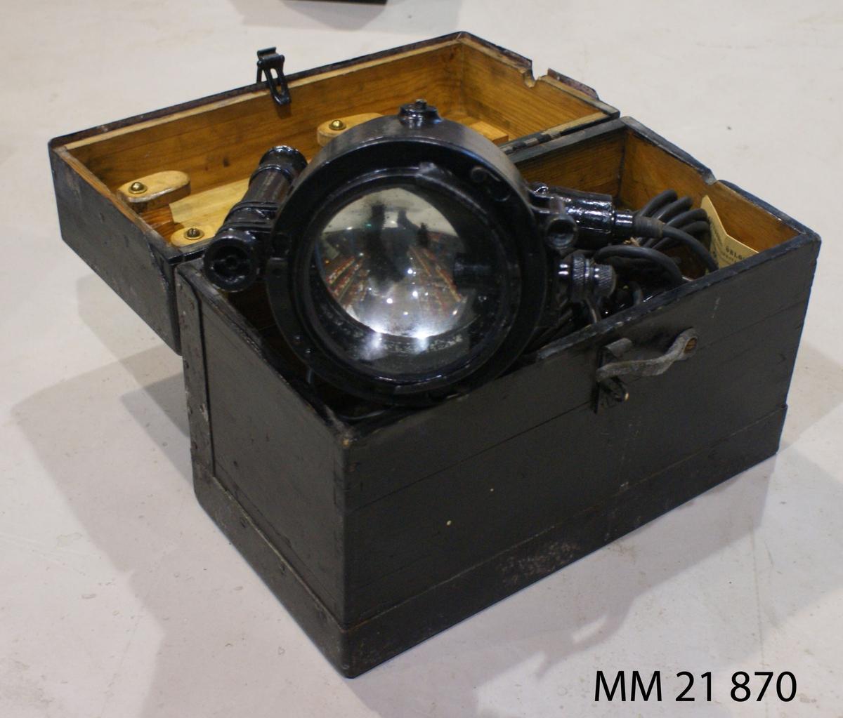 Dagmorselanterna med dioptersikte, för nätanslutning. Med förvaringslåda. Signalspegel åstadkommer tecken. SSS 333.