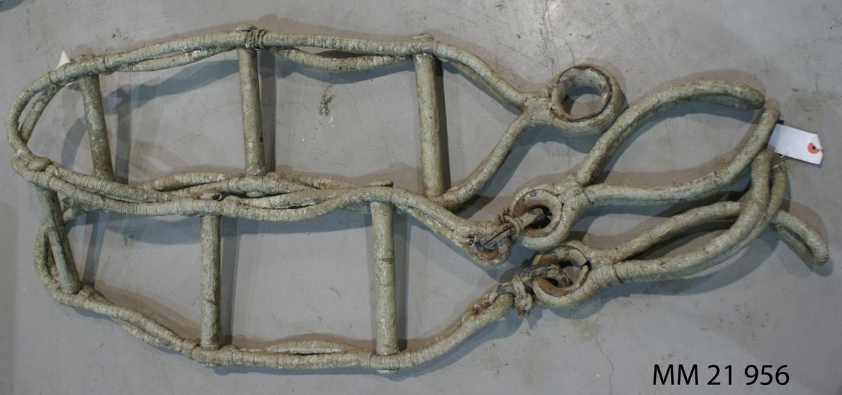 Waterbomslejdare av tågvirke med trästeg, vitmålad. SSS 129,1.