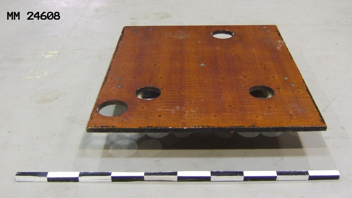 """Minräls använd i undervisningssyfte vid Berga Örlogsskolor. Fyra hjul. Fyra stycken hål finns i träskivan. Märkt på undersidan: """"F1417-000269-4""""."""