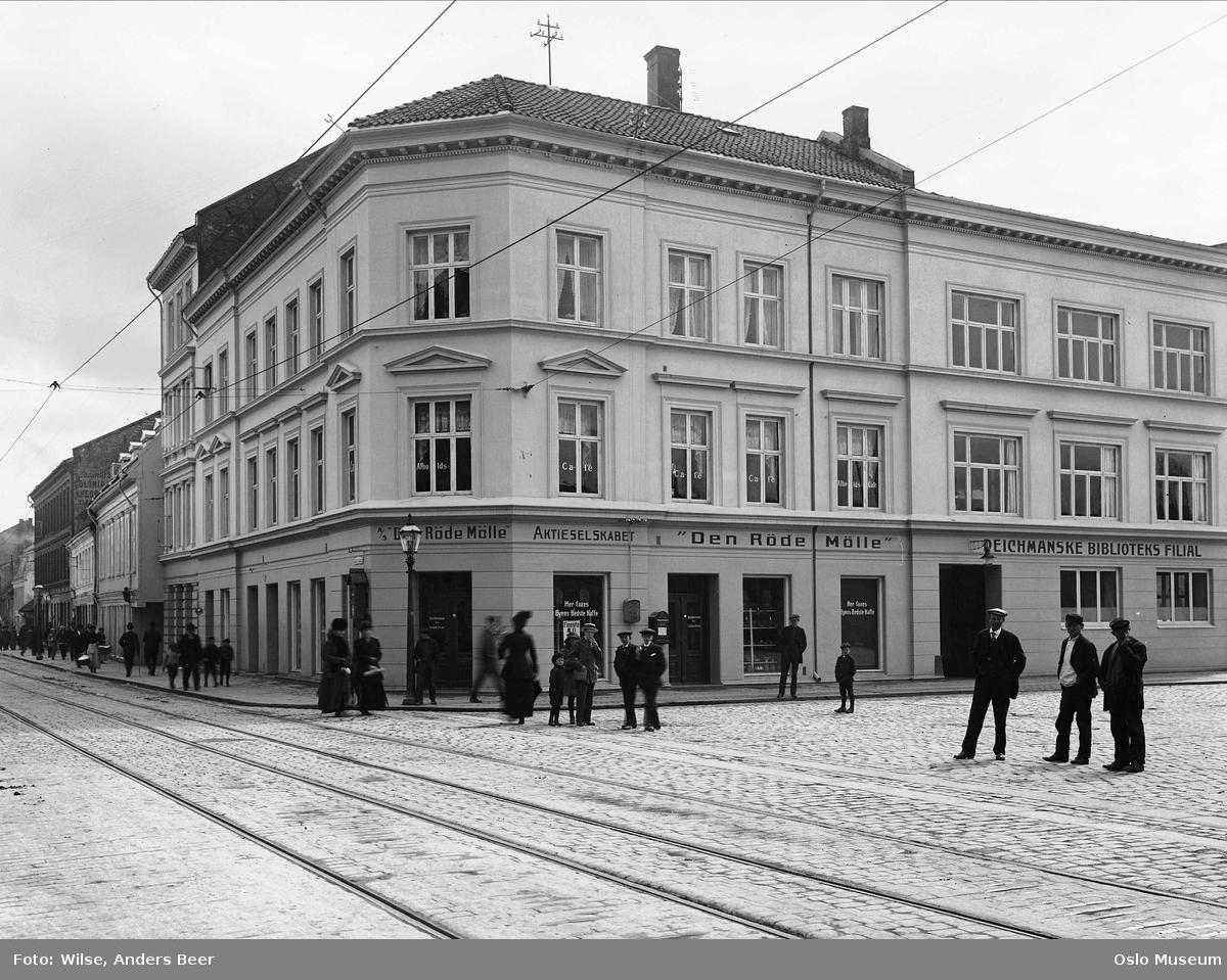 bygårder, Deichmanske bibliotek filial, forretning Den røde mølle, postkasse, mennesker, gateliv