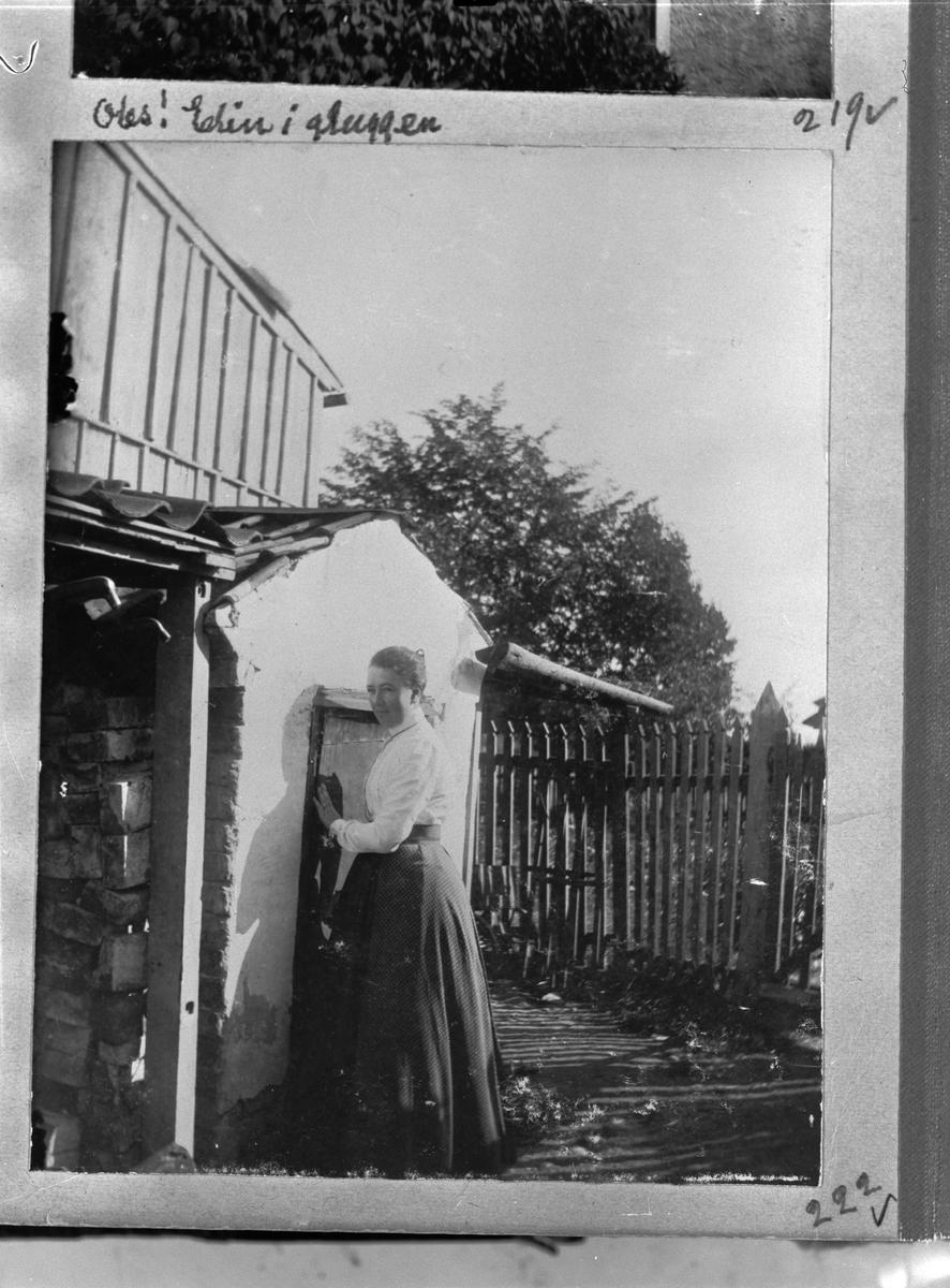 """""""Elin vid kruthuset i 37:an"""", Liljefors kruthandel, Svartbäcksgatan 37, kvarteret Edda, Svartbäcken, Uppsala 1900 - 1901"""
