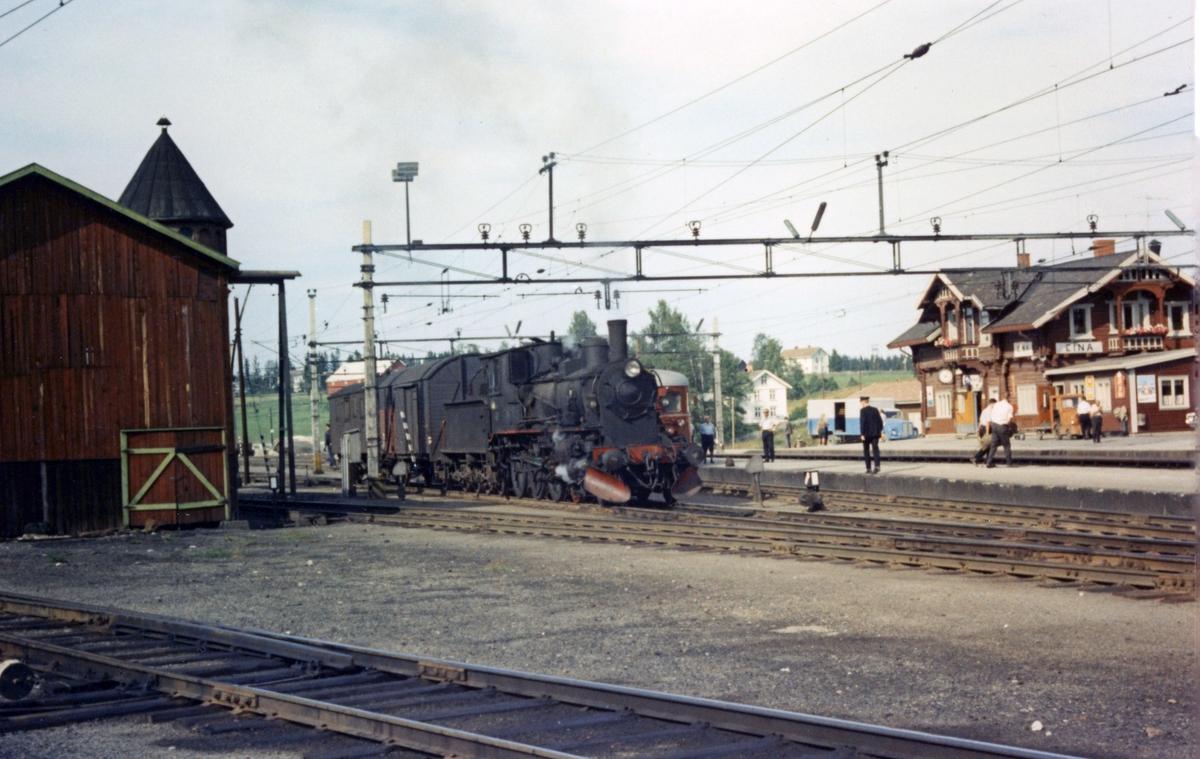 Godstog fra Skreiabanen på Eina stasjon, trukket av damplok 27a 296.