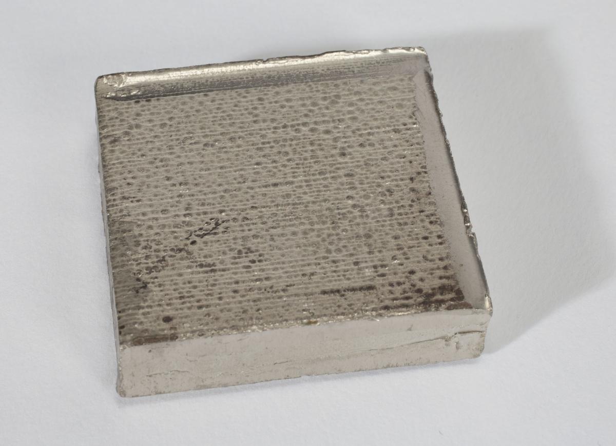 En firkantet nikkelplate.
