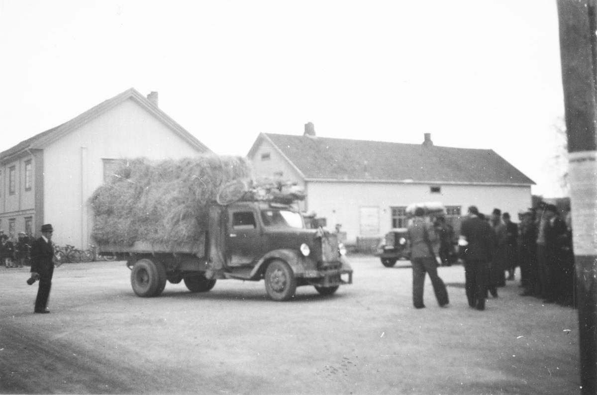 Lastebil med halm ved messehallen, Elverum. Frigjøringsdagene 1945.