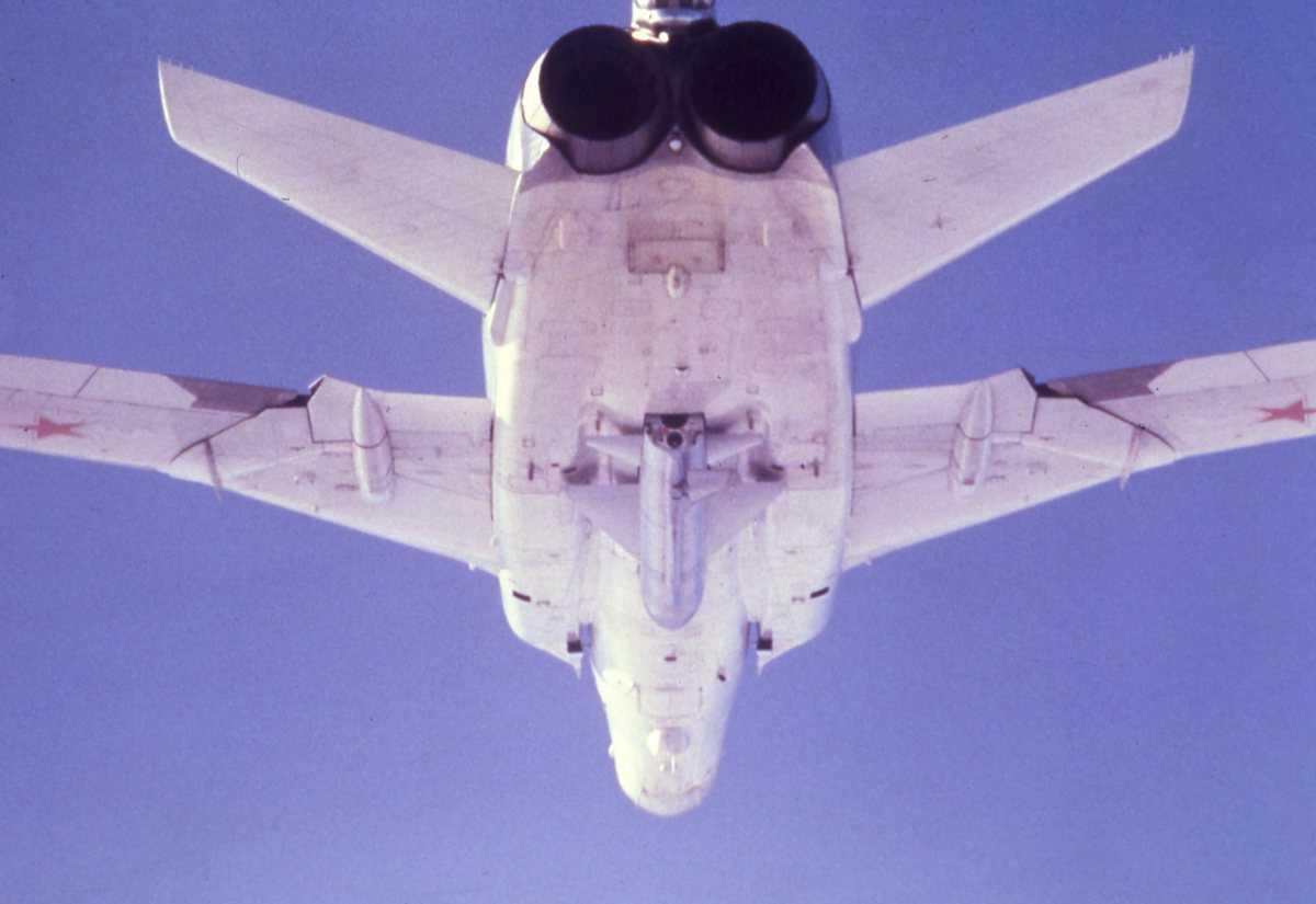 Russisk fly av typen Backfire B. Missilet Kitchen sees under flyet.