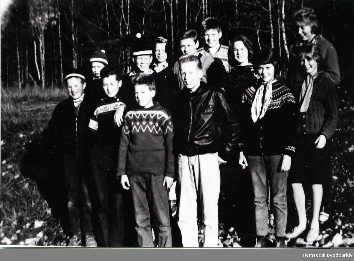 Framhaldsskuleelevar i 1962. Fremst frå venstre: Syver Olav Tuv, Ingvar Ødegård, Bjarne Mythe, Arne Bergo, Olbjørg Langehaugen, Astrid Wenthe. Bak frå venstre: Mikal Rusto,  Sven Larsen, Leif Ottar Markegård, Kåre Thorset, Syver Hjelmen, Anne Tuv og Aud Holde.