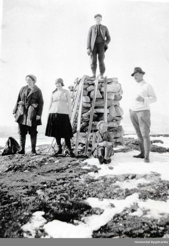 På Vihovd i Hemsedal, ca. 1930. Rasmus Eikre (Medgarde) står på varden.