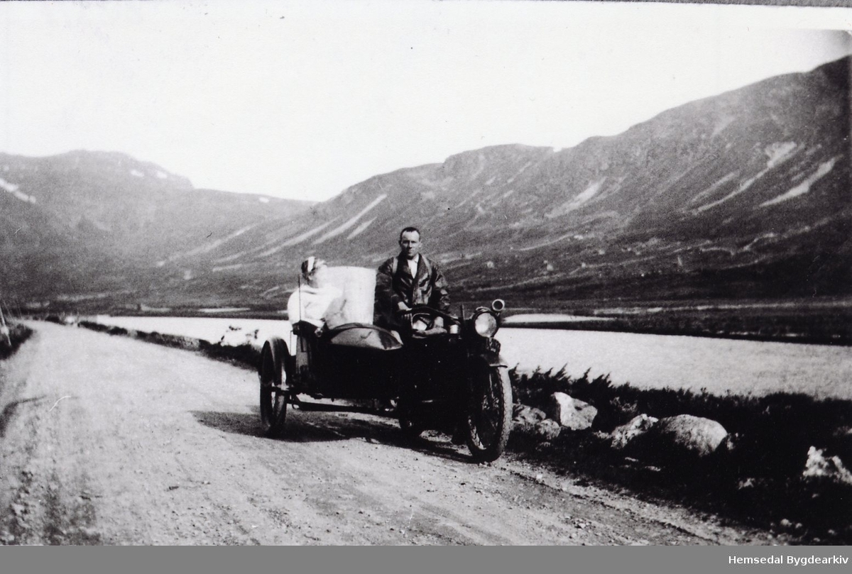 OLa O. Ødegård på motorsykkelen. Den andre er ukjend. Biletet er teke i Storeskar i Hemsedal 1940-1944.