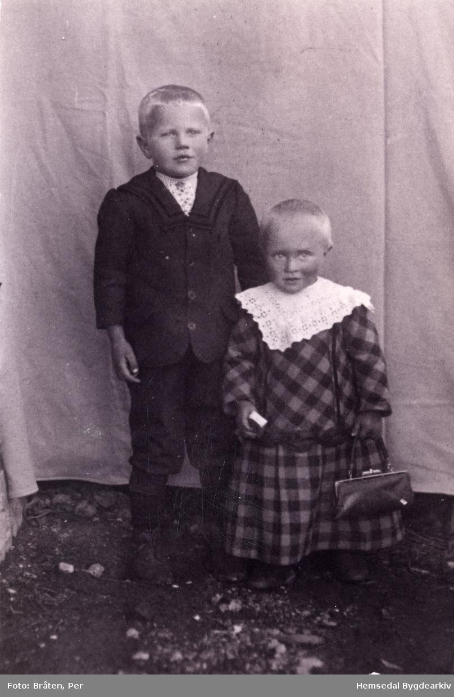 Frå venstre: Knut Intelhus (1911-  ) og Svein Intelhus (1914-  ) med kjole og handveske.