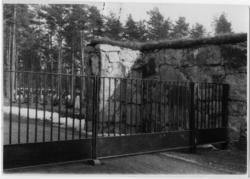 Skogskyrkogården Entré mot öster, Grindar