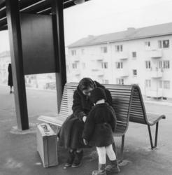 Västra tunnelbanan, tunnelbanebänk med kvinna och barn.