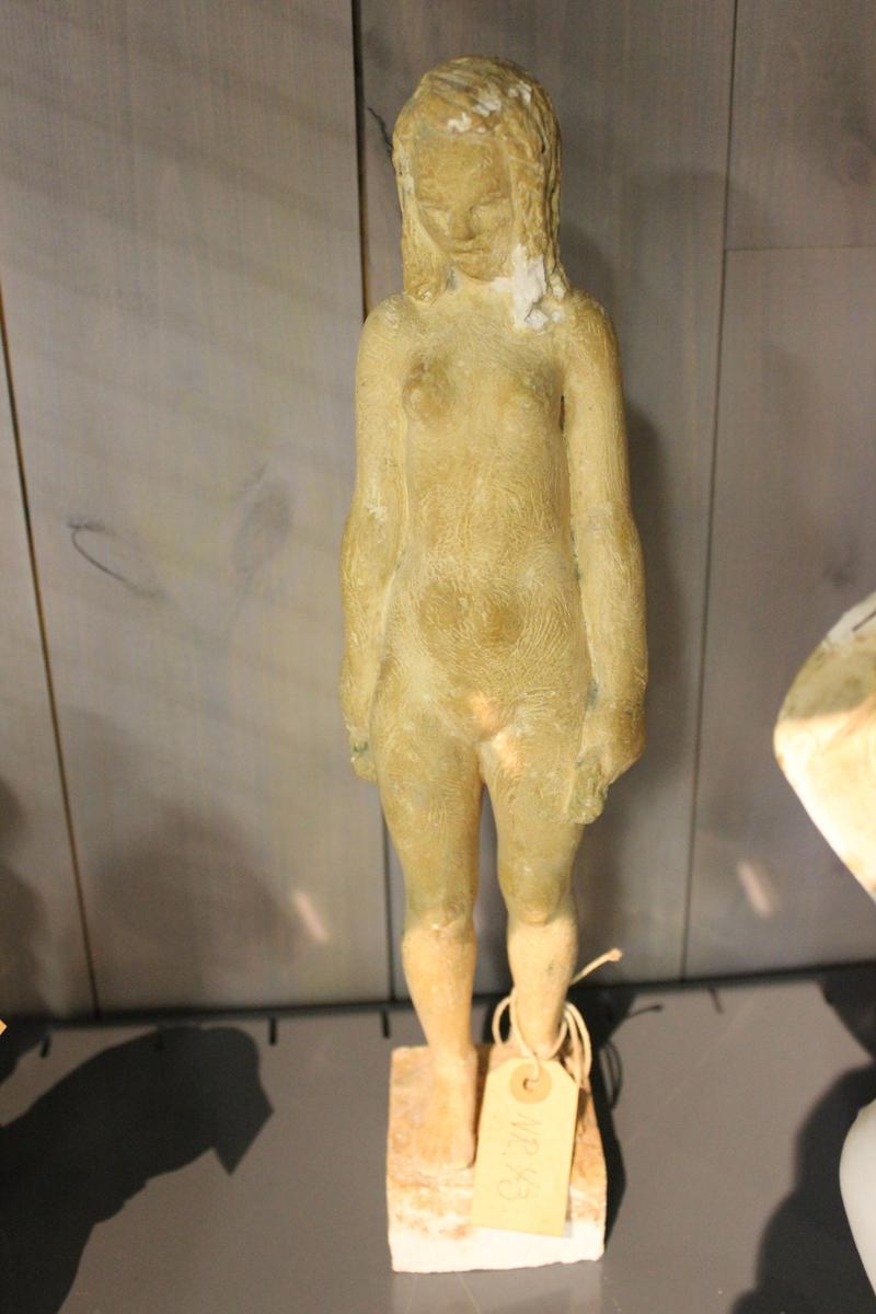 """Skulptur i gips av en ung naken kvinne. Tittel: ETTER BADET"""" fra 1953."""