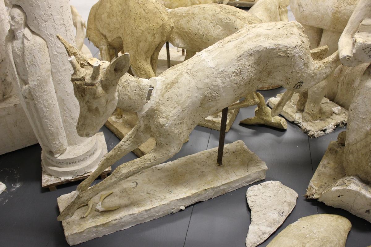 "Skulptur i gips 2 stk.(av 3) Er til ""RÅDYRGRUPPEN"" fra Vigeland, Lindesnes i 1967.  Disse er også brukt enkeltvis og to sammen som i ""FLUKT"" på Karmøy. Se også nr.072."