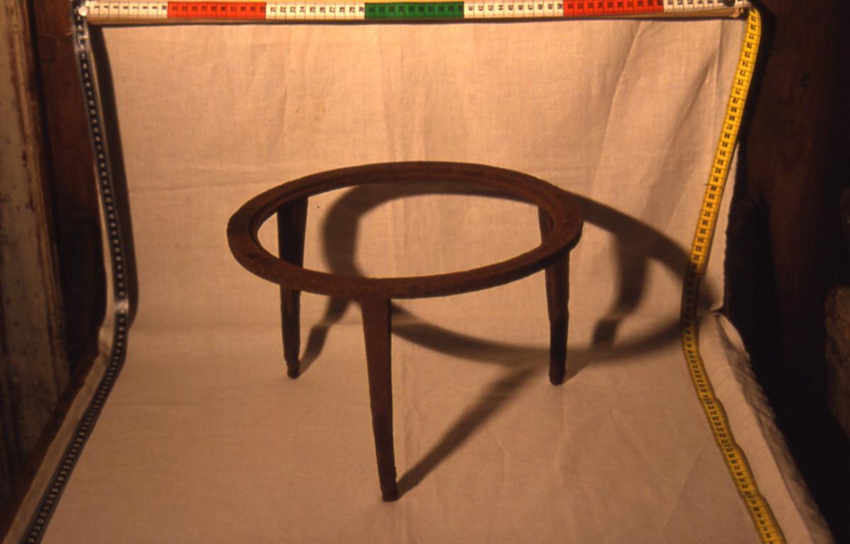 Form: rund ring, 3 føtter, 2 løse ringer, senterlokk