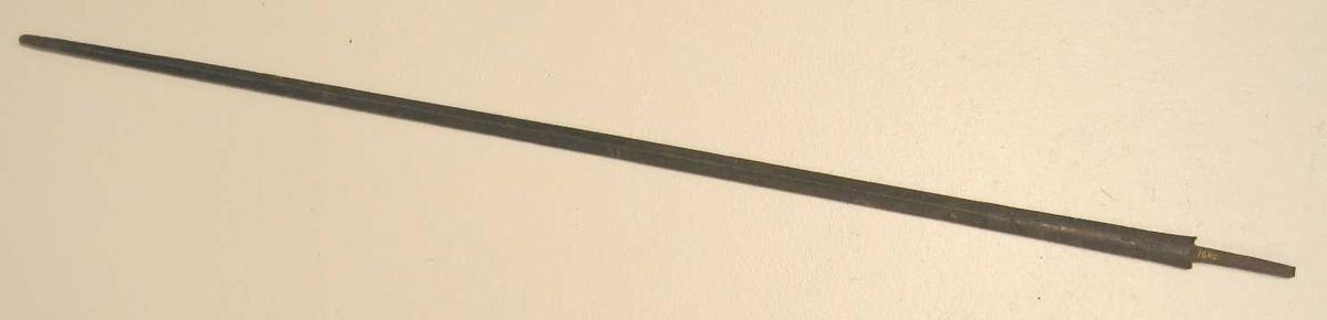 Form: Siselert på øverste del av klingen.