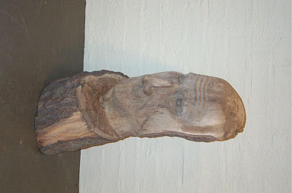 1 utskaaret hode.  Utskaaret billede, der skal forestille Odin, efter at han hadde git bort sit høire øie for at faa et bæger vand av Mimers brønd, for derved at kunne se fortidens historie. Billedet er skaaret i selje av og foræret museet av kirkesanger A.P.Øvrebø, Balestrand. (f. i Solvorn 1842). Øvrebø har i de sidste 5-6 aar efterat han tok avskjed som kirkesanger syslet med at skjære i træ.
