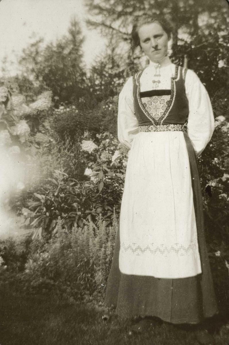 Dame hardangerdrakt festklede bunad