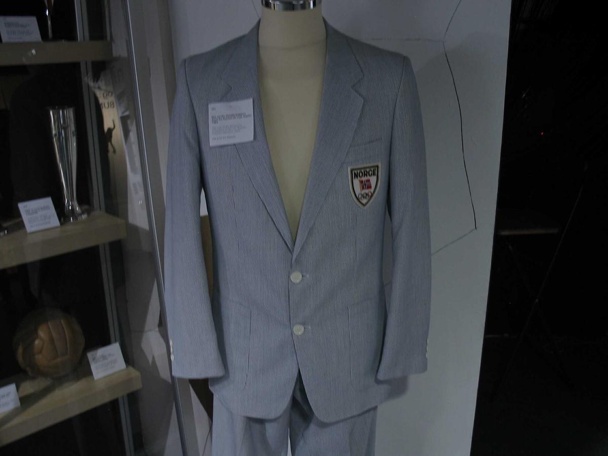 Består av to deler: Bukse og trøye. Dress med lyse striper, fra OL i Los Angeles 1984.
