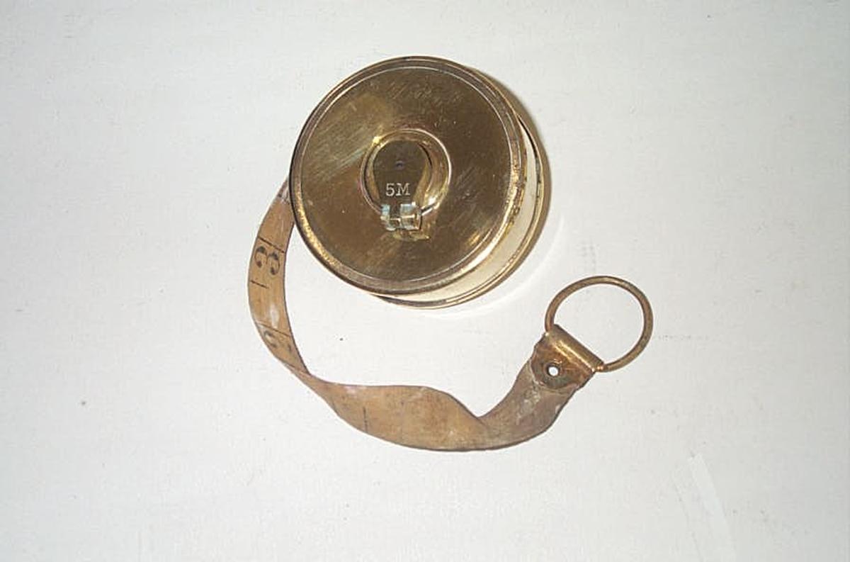Form: Sylinderforma boks innhaldane måleband