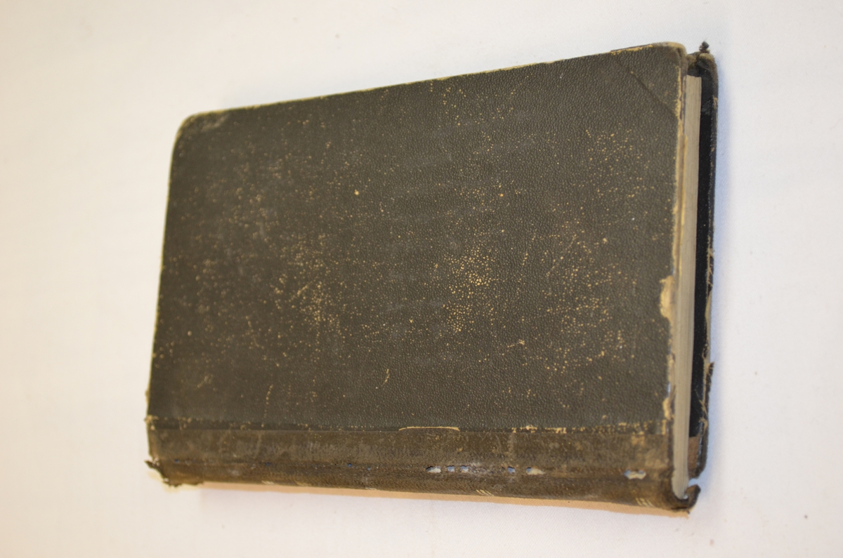 Bok med perm i vulkanfiber. Boka er ei innføringsbok til kvinnens oppgåver i ekteskapet.