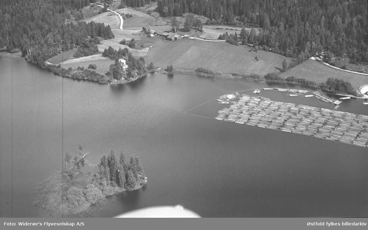 Oversiktsbilde fra  Bottenvika, Otteid ved Øymarksjøen i Marker.  Tømmerklave fortøyet. Sannsynligvis Grislingås gård i bakgrunnen.