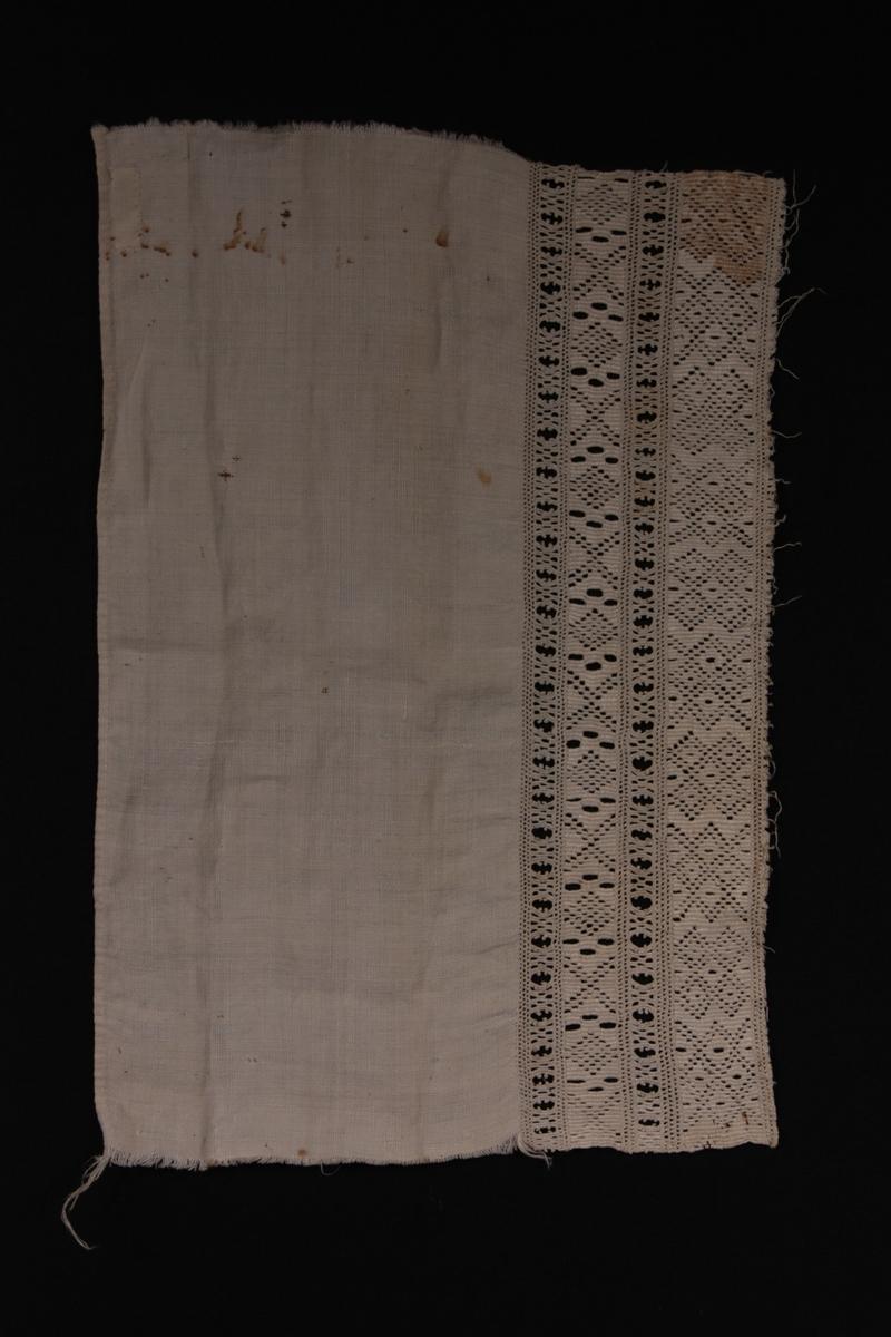 Form: Rektangulær. Broderiborde på eine langsida.