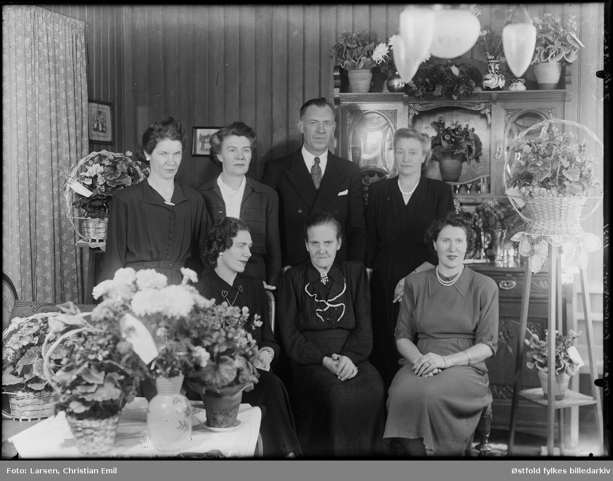 Ukjent familiegruppe, bursdagsfeiring, kan kvinnen foran i midten være Torine Marie Sandviken f. 1876 d. 1959? antakelig fra Ingedal i Skjeberg. Antakelig på hennes 75-årsdag.