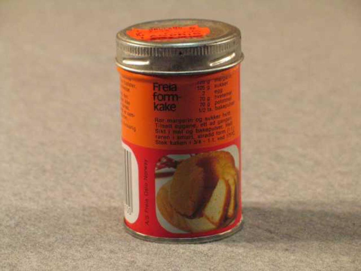 """Rett blekkboks med skrulôk. Det indre pappirlöket er ikkje opna og boksen er full. På lôket er orange prislapp frå Bruland Lågpris """"7,35  6,65"""". Truleg betyr det  """"vanleg pris"""" og """"vår pris"""". det er strekkode på boksen, men butikken har truleg ikkje hatt avlesingsutstyr"""
