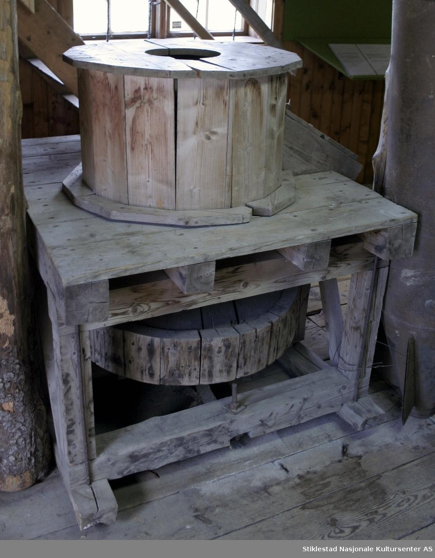 Kvadratisk kvern med forhøyning for kvernstein og påfylling av korn