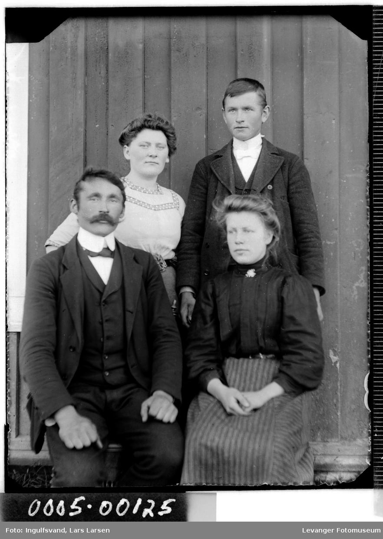 Gruppebilde av to menn og to kvinner.