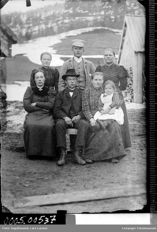 Gruppebilde av fire kvinner, to menn og et barn.
