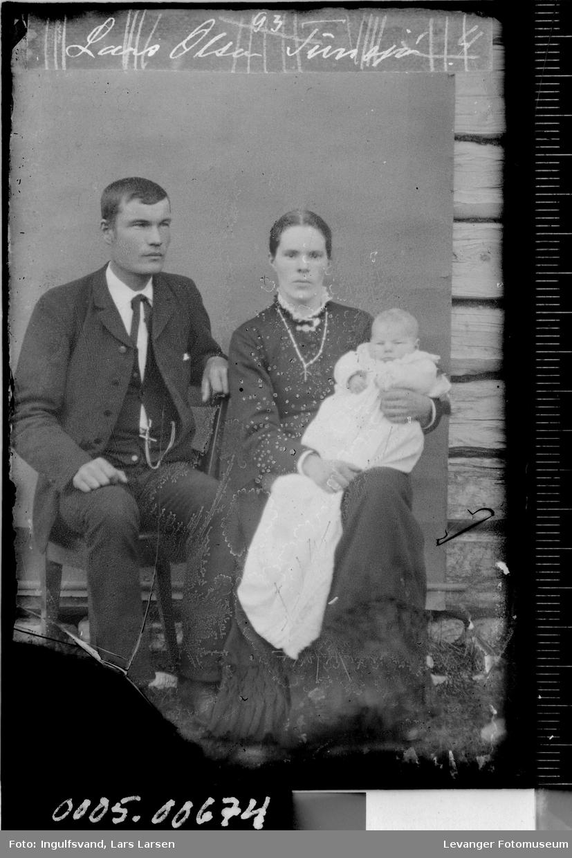 Portrett av mann, kvinne og spedbarn.