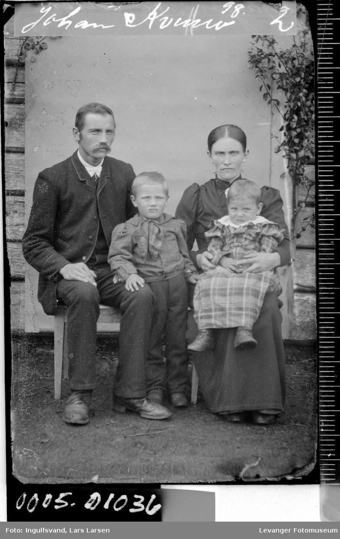Gruppebilde av en kvinne, en mann og to barn.