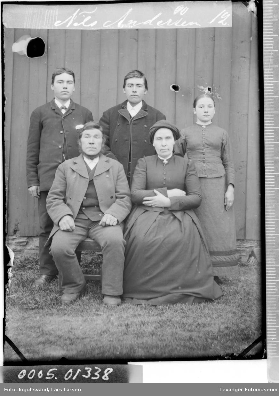 Gruppebilde av tre menn, en kvinne og en jente.
