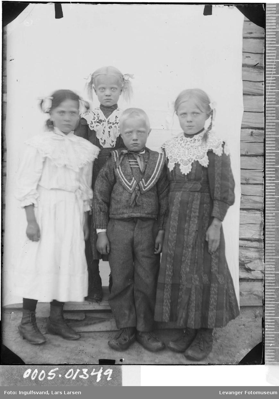Gruppebilde av fire barn.