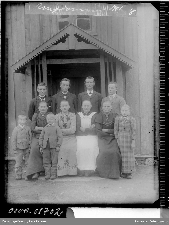 Gruppebilde av fire kvinner, fire menn og tre barn.