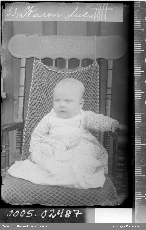 Portrett av et spedbarn i en stol.