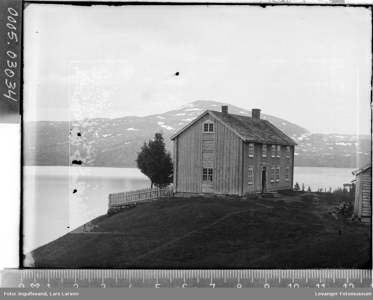Bygning ved en innsjø.