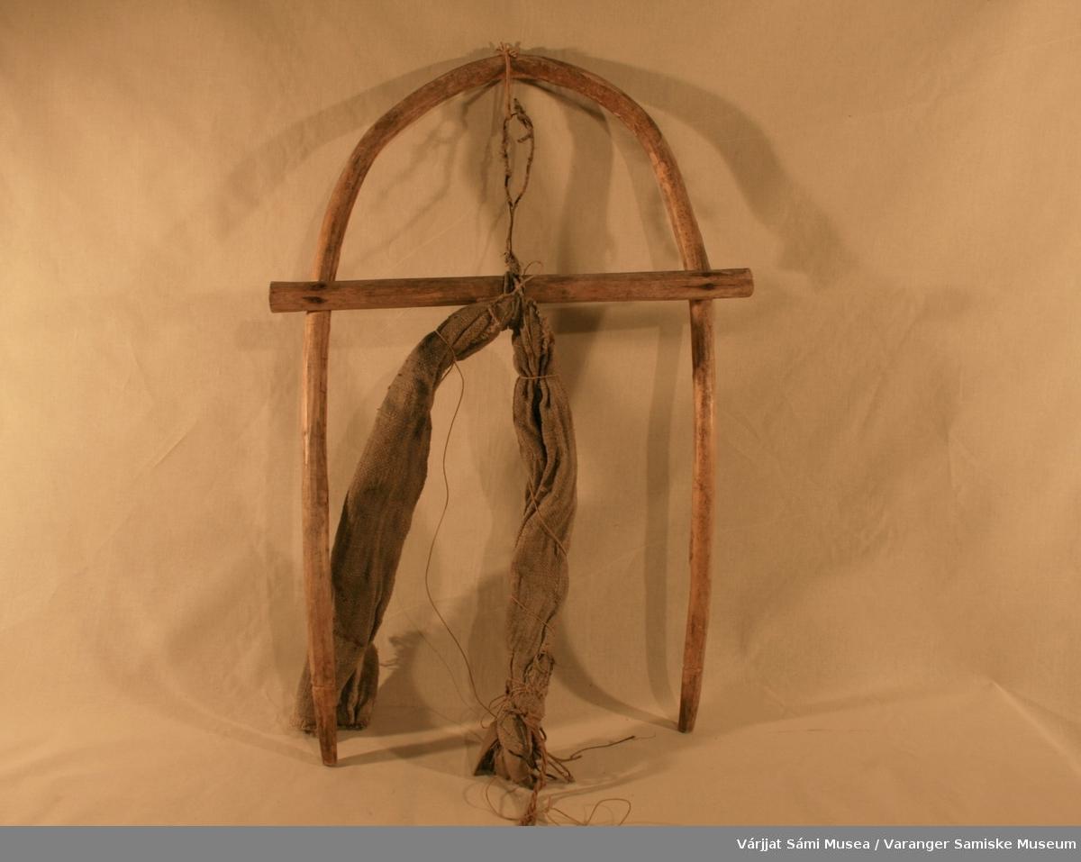 Bueformet bæremeis av tre. Bærereimma av strie som er surret fast i tverrveden med ledning og tau.