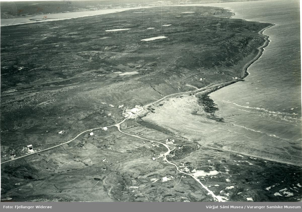Flyfoto av Stuorravuonna / Karlebotn og Selesnjárga / Angsnes i Unjárgga gielda / Nesseby kommune, 1953.