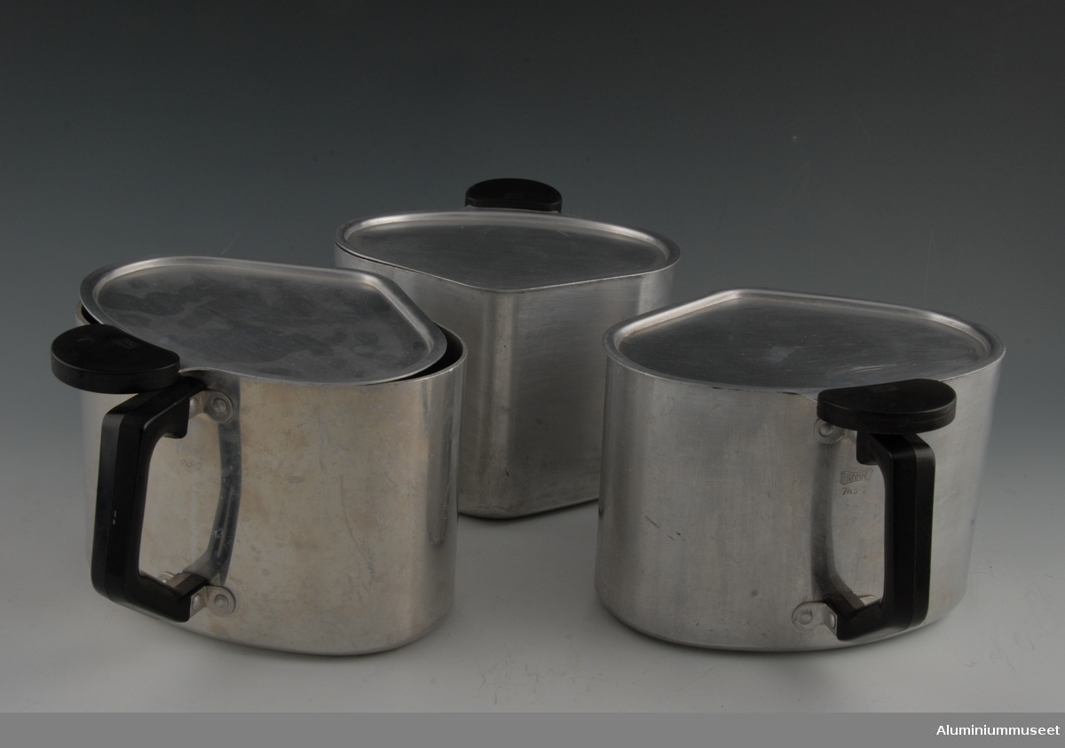Funksjon/type: Trekantede kokekar utformet slik at tre stk. kokekar kan stå på samme plate samtidig for bedre utnyttelse av varmen. Teknikk: Ett 7 mm plateemne ble i Atlas-pressen, (Senere Sundsval-pressa, se bilde fra kjøkkentøyen) presset og tynnet gjennom flere ringer til ca. 1,8 mm. veggtykkelse. Karene ble rendreid i topp og bunn og utvendig polert. Håndtaket er påklinket. Lokket ble utstanset og presset i en operasjon. Det ble polert og håndtaket ble påklinket. Form: Trekantet form med rette sidekanter