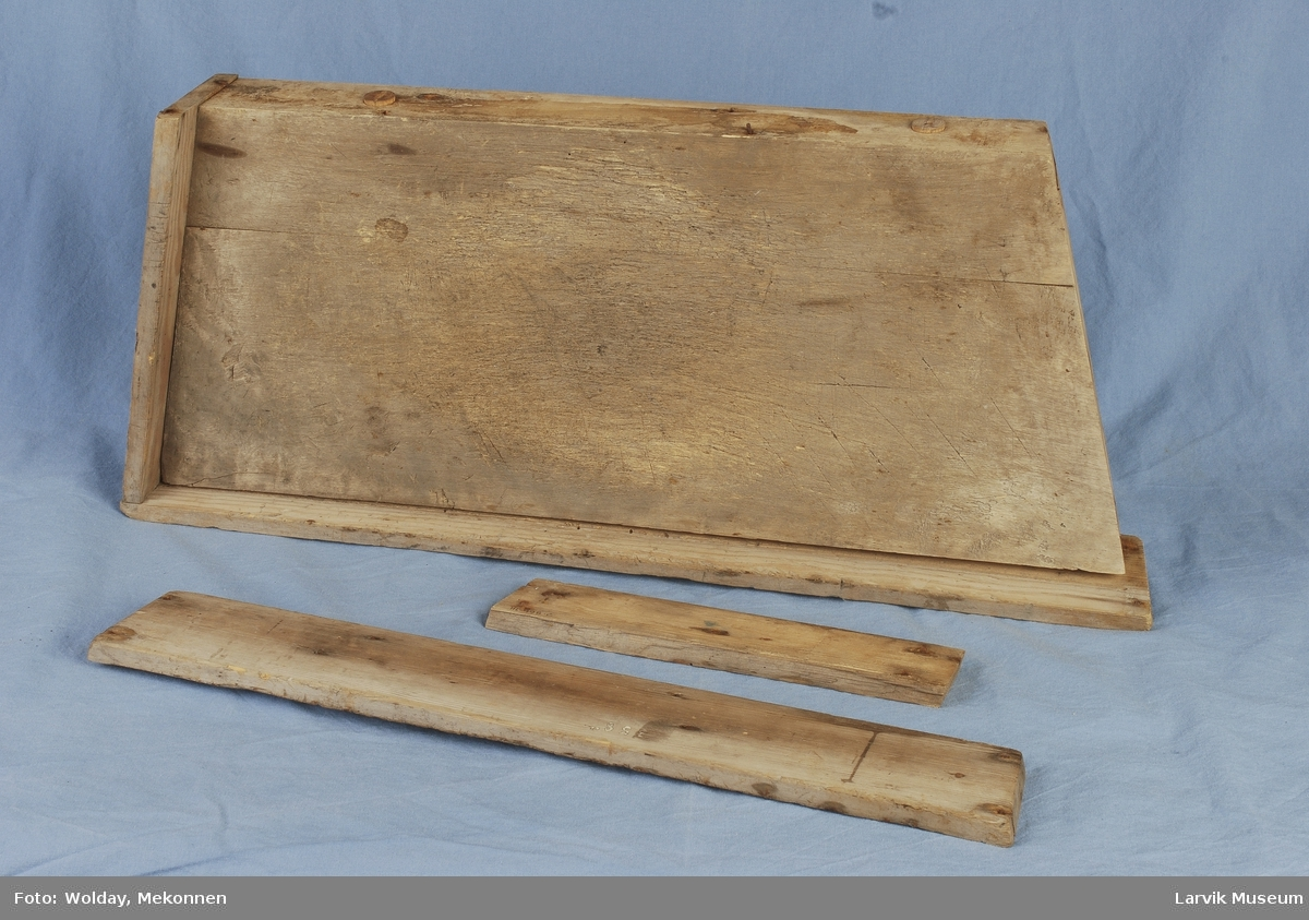 Form: trapesf.blokk.  sider/bunn festet med jernspiker