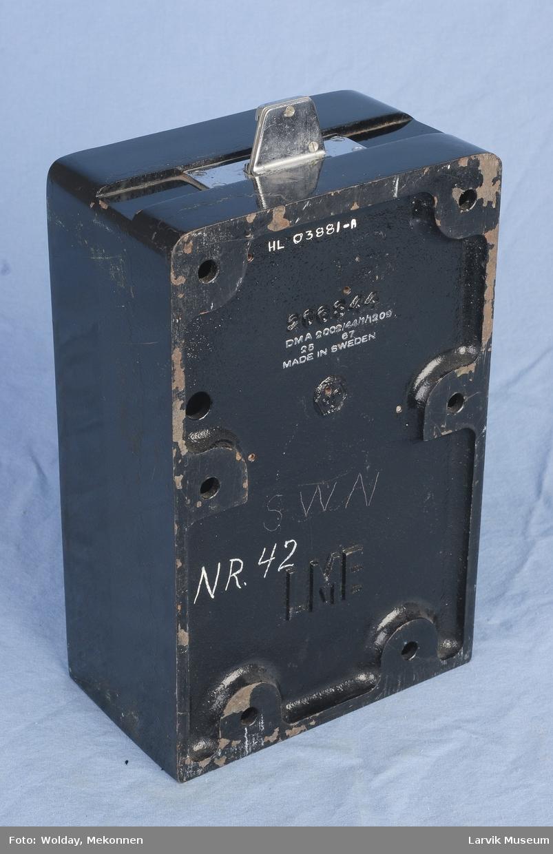 Form: Rektangulær boks m/myntinntak på topp, ,nøkkelhull m/nøkkel i front uten telefondel men med bøsse og myntuts