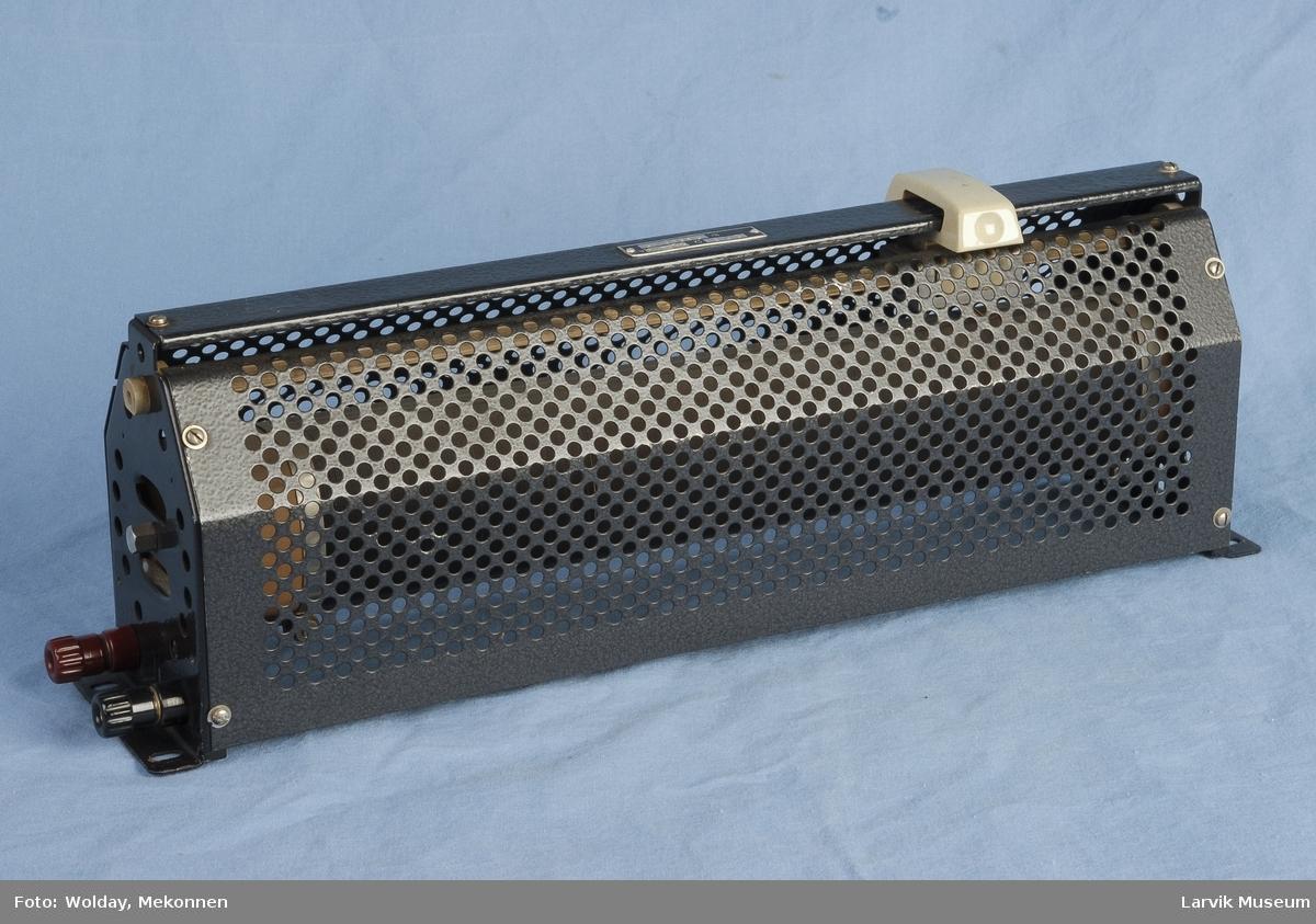 Form: En gjennomhullet delvis sylinder, åpen i den ene enden ikke helt rund, med to reguleringsknapper på den ene siden