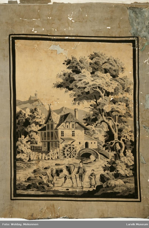 Innrammet motiv av 3 etg. bindingsverkhus m kvist. Mølle, bro, elv. I forgrunnen en ku, mann, kvinne. Omgitt av en skog. En borg på toppen av et fjell.
