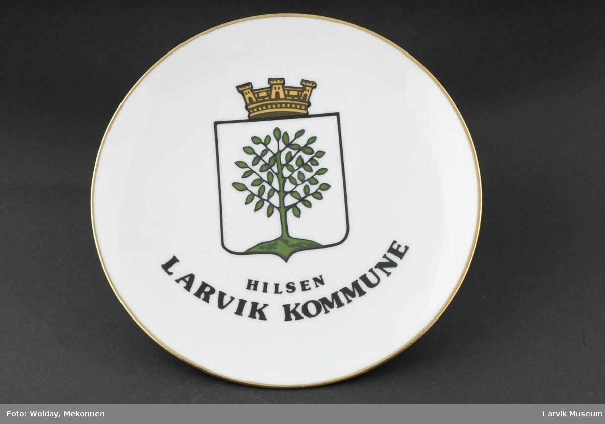 Larviks byvåpen (før 1988) . Tre med krone.