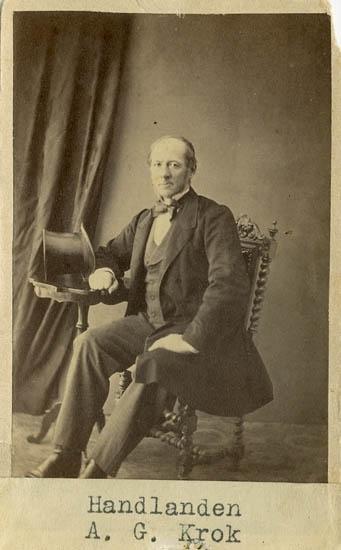 """Text på kortets baksida: """"Handlanden Anders Gottfrid Krok. F. 15/12 1815 på Höviksnäs, Låka, död 1878. Gift m. Amalia Christina Andersson, f. 6/2 1826 på Lundören""""."""