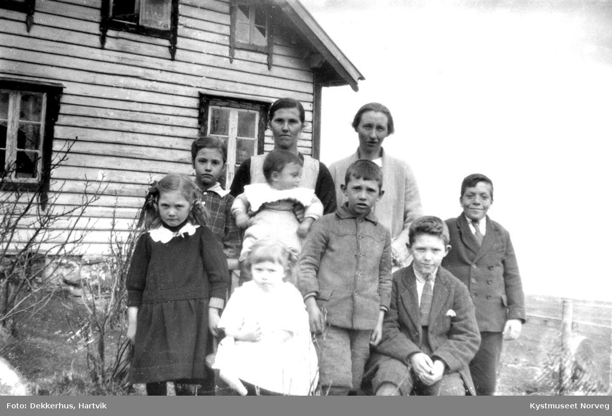Marie og Nora Stave med 7 ukjente barn