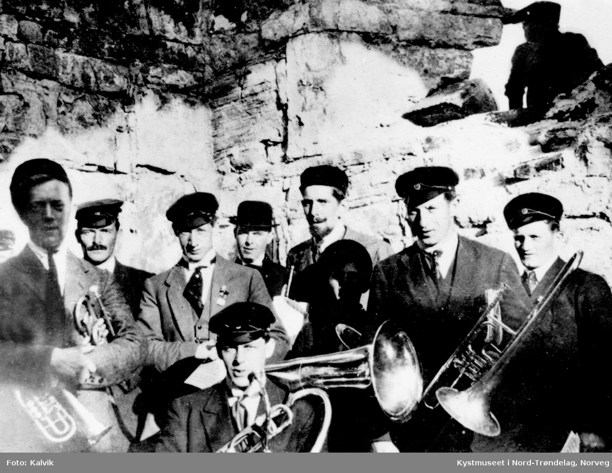 Foran: Harald Hansen. Bak fra venstre: Harald Andreassen, Edvard Overgaard, Torstein Severeide, Ole Sundvik, Julius Parow, Kåre Aanvik, Evald Haugland, Adolf Hestvik. Rørvik Musikkforening.