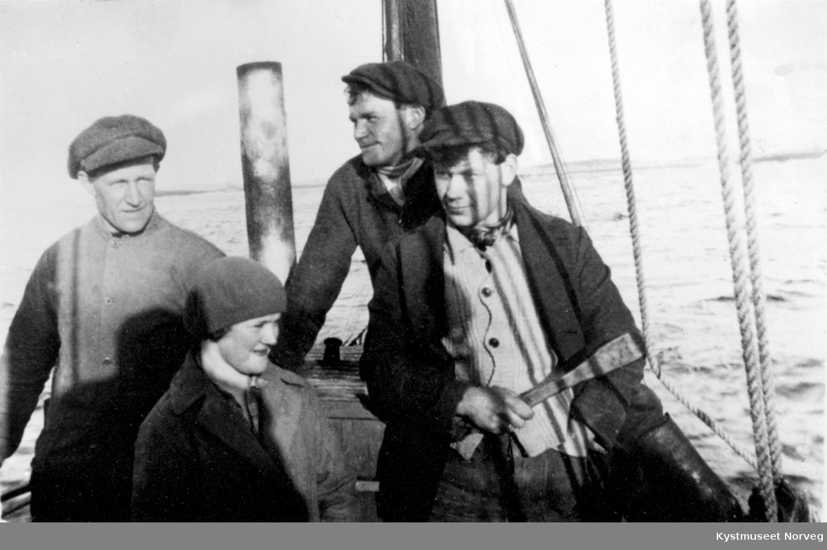 Foran fra venstre: Albert Engesvik, Kristine Sylten, Trygve Sylten og Egil Haugvik, ombord i ukjent båt